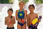 Portrait des enfants avec des pistolets à eau