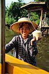 Femme vendant de la nourriture en bateau sur le Canal, Bangkok, Thaïlande