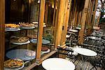 Tables de café à l'extérieur de la boulangerie Paris, France