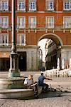 Hommes relaxants à Plaza Mayor Madrid, Espagne