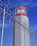Tour de la prison derrière des barbelés