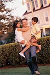 Père en plein air avec les enfants