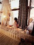 Homme travaillant sur Sari de soie à tisser Varanasi, Inde