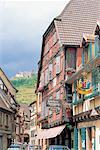 France, Alsace, Village de Ribeauvillé et Château St Ulrich en arrière-plan