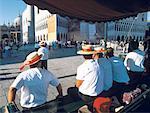 Gondoliers d'Italie, Venise, assis sur la place Saint-Marc