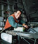 Mann arbeitet auf Auto