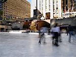 Patineurs sur glace au Rockefeller Center à New York City USA