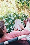 Femme lisant en plein air
