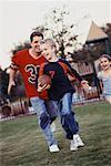 Le père joue au Football avec les enfants