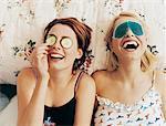 Deux adolescents féminins couché dans son lit, portant des masques pour les yeux
