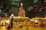 Éclairée arbre de Noël et marché de nuit