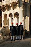 Hommes debout à l'extérieur du City Palace de Jaipur Jaipur, Rajasthan, Inde
