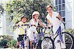 Mère et enfants avec vélos