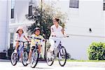 Mère et enfants vélos d'équitation
