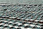 Rangées de voitures neuves