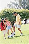 Père et enfants jouer au Soccer