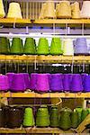 Spulen aus Wolle in Regalen