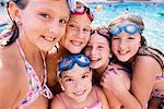 Portrait de jeunes filles au bord de piscine