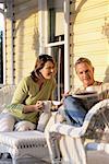 Paar, sitzen auf der Veranda