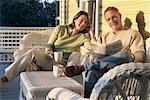 Paar lesen Zeitung auf Veranda