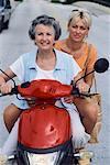 Mère et fille sur Scooter