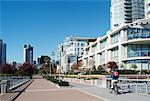 Cycliste sur piste cyclable dans la ville, Yaletown, Vancouver, Colombie-Britannique, Canada