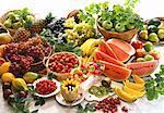 vue d'angle élevé toute une gamme de fruits entiers ou coupés assortis