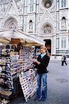 Femme acheter carte postale du kiosque en face du Duomo, Florence, Italie