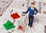 Jouet Man avec maisons jouets sur la Section des biens immobiliers du journal
