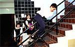 Profil de côté d'un garçon (8-10) glisser le long d'une rampe à l'école