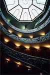 En regardant vers le haut escalier en colimaçon et en forme de dôme au plafond du Musée du Vatican, cité du Vatican, Rome, Italie