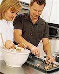 Paar Making Cookies