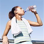 Porträt einer jungen Frau, stützte sich auf ein Geländer und Trinkwasser