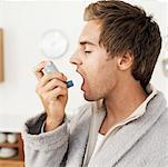 Seitenansicht eines Mannes mit einem Inhalator