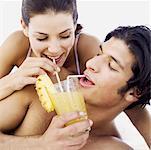 Nahaufnahme eines jungen Paares Teilen Ananas Saft