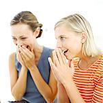Porträt von zwei jungen Frauen, die ihre Hände bis zu ihrem Gesicht in Ehrfurcht zu halten