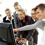 eine Gruppe von jungen Führungskräften zusammen anzeigen von einen Computer-Bildschirm