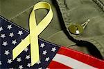 Gelbe Farbband auf amerikanische Flagge und Militäruniform