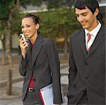 Geschäftsleute, walking and talking zusammen