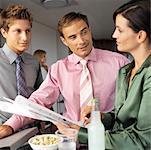 Nahaufnahme von Mitarbeitern am Arbeitsplatz im Gespräch