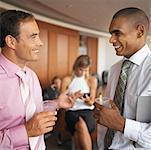 Seitenprofil zwei Geschäftsleute sprechen im Büro
