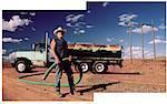 Worker Öl mit Tanker und Schlauch