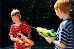 Jungen mit Wasserschlacht