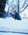 Homme pelleter de la neige