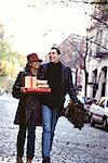 Couple transportant cadeaux de Noël, Greenwich Village, New York, USA