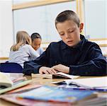 Enfants lisant en salle de classe