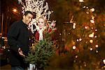 Couple Shopping pour arbre de Noël