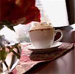 Cappuccino auf Tisch