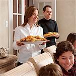 Famille qui dessert dîner de Hanoukka