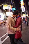 Couple s'embrassant à Times Square, New York City, New York, États-Unis